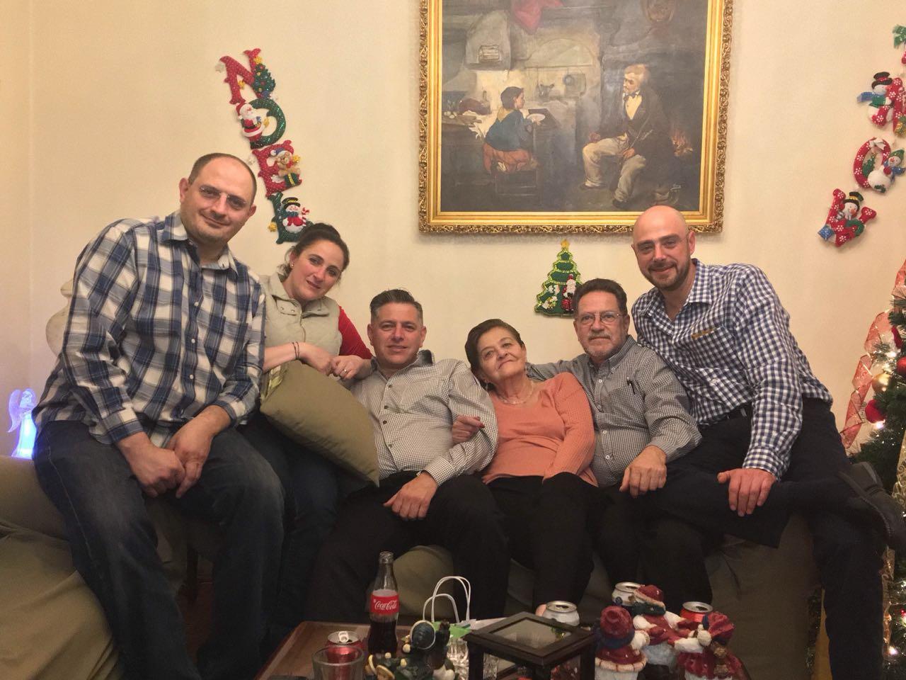 La familia reunida en navidad for Familia roca